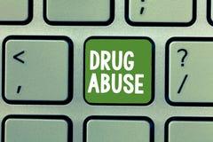 Sinal do texto que mostra o abuso de drogas Droga obrigatória da foto conceptual que procura a tomada habitual das drogas fotos de stock royalty free