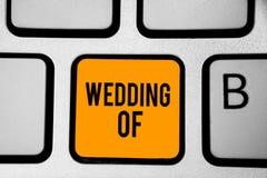 Sinal do texto que mostra o casamento de Foto conceptual que anuncia esses homem e mulher agora como a chave alaranjada Int do te imagem de stock royalty free