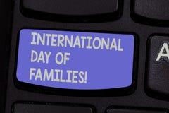 Sinal do texto que mostra o dia internacional das famílias Chave de teclado conceptual da celebração da unidade do tempo da famíl foto de stock
