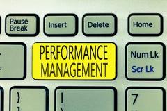 Sinal do texto que mostra o gerenciamento de desempenho A foto conceptual melhora a contribuição total da eficácia do empregado fotografia de stock