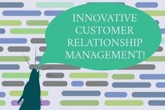 Sinal do texto que mostra o gerenciamento de relacionamento com o cliente inovativo Forma conceptual do contorno da reação positi imagem de stock royalty free