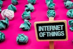Sinal do texto que mostra o Internet das coisas Quadro-negro conceptual da conectividade da eletrônica de Digitas da globalização fotos de stock