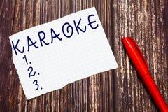 Sinal do texto que mostra o karaoke O entretenimento conceptual da foto que canta ao longo da música instrumental jogou por uma m foto de stock royalty free