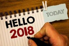 Sinal do texto que mostra o olá! 2018 As fotos conceptuais que começam uma mensagem inspirador 2017 do ano novo estão sobre a cri Imagem de Stock