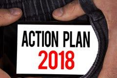Sinal do texto que mostra o plano de ação 2018 A foto conceptual planeia o desenvolvimento da melhoria dos objetivos da vida das  Imagens de Stock