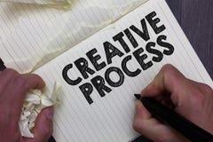 Sinal do texto que mostra o processo criativo Ato conceptual da foto de fazer conexões novas entre o homem original das ideias ve imagens de stock royalty free