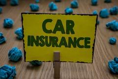 Sinal do texto que mostra o seguro de carro Holdin detalhado do pregador de roupa da garantia do veículo motorizado da política d fotografia de stock