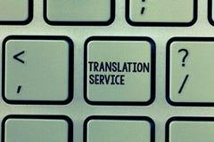 Sinal do texto que mostra o serviço de tradução Foto conceptual a língua de alvo equivalente da língua materna fotografia de stock