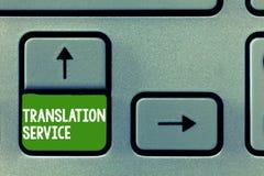 Sinal do texto que mostra o serviço de tradução Foto conceptual a língua de alvo equivalente da língua materna imagens de stock royalty free