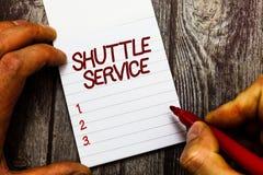 Sinal do texto que mostra o serviço shuttle Os veículos conceptuais da foto como ônibus viajam frequentemente entre dois lugares fotos de stock