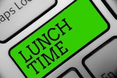 Sinal do texto que mostra o tempo do almoço Refeição conceptual da foto no meio do dia após o café da manhã e antes da chave do v ilustração royalty free