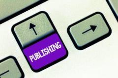 Sinal do texto que mostra a publicação A foto conceptual que prepara e que emite o livro gerencie o material escrito para a venda imagem de stock
