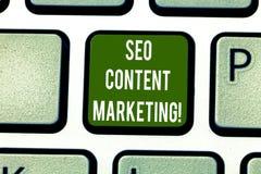 Sinal do texto que mostra Seo Content Marketing Publicação conceptual da foto do material projetada promover um teclado do tipo foto de stock