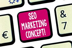 Sinal do texto que mostra Seo Marketing Concept Estratégia conceptual da foto que executa para satisfazer clientes para precisar  fotografia de stock