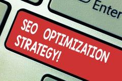 Sinal do texto que mostra Seo Optimization Strategy O processo conceptual da foto de organizar um Web site s é chave de teclado s imagem de stock