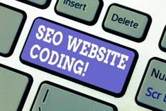 Sinal do texto que mostra Seo Website Coding A foto conceptual cria o local na maneira para fazê-la mais visível ao teclado do Se imagens de stock royalty free