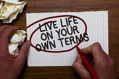 Sinal do texto que mostra termos de Live Life On Your Own A foto conceptual dá-se diretrizes para um bom grosseirão vivo do papel foto de stock