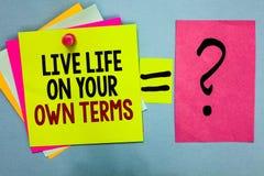 Sinal do texto que mostra termos de Live Life On Your Own A foto conceptual dá-se diretrizes para um bom pegajoso colorido brilha foto de stock