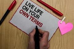 Sinal do texto que mostra termos de Live Life On Your Own A foto conceptual dá-se diretrizes para uma boa nota pegajosa escrita v foto de stock