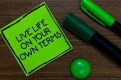 Sinal do texto que mostra termos de Live Life On Your Own A foto conceptual dá-se diretrizes para uma boa vida escrita na nota pe foto de stock