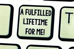 Sinal do texto que mostra uma vida cumprida para mim As realizações conceptuais da realização da foto realizam a chave de teclado imagem de stock