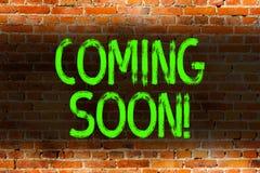 Sinal do texto que mostra a vinda logo Evento ou ação conceptual da foto que acontecerão após realmente a arte da parede de tijol foto de stock