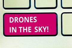 Sinal do texto que mostra zangões no céu Dispositivo moderno do helicóptero aéreo conceptual da foto que toma imagens e o teclado fotos de stock