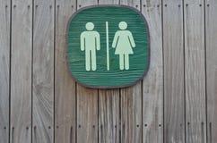 Sinal do toalete no painel da madeira da listra vertical Fotos de Stock Royalty Free