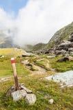 Sinal do trajeto em alpes italianos imagem de stock royalty free