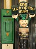 Sinal do vintage fora do bar irlandês tradicional em New York Imagem de Stock Royalty Free