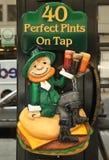 Sinal do vintage fora do bar irlandês tradicional em New York Foto de Stock
