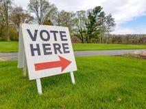 Sinal do voto com seta foto de stock