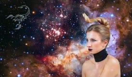 Sinal do zodíaco da Escorpião Astrologia e horóscopo, Escorpião bonita da mulher no fundo da galáxia imagens de stock