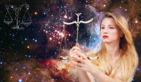 Sinal do zodíaco da Libra Astrologia e horóscopo, Libra bonita da mulher no fundo da galáxia foto de stock