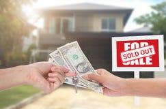 Sinal dos bens imobiliários de casa nova do negócio na frente da casa nova para a venda Fotografia de Stock Royalty Free