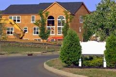 Sinal dos bens imobiliários e construção em branco da casa Imagem de Stock Royalty Free