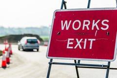 Sinal dos Roadworks da saída dos trabalhos na estrada BRITÂNICA fotos de stock royalty free
