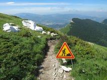 Sinal dos Roadworks sobre uma montanha imagem de stock