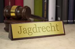 Sinal dourado com a palavra alemão para caçar o direito - jagdrecht foto de stock