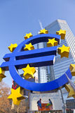 Sinal e bandeira grandes do Euro Fotografia de Stock Royalty Free