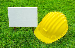Sinal e capacete de segurança de madeira brancos Fotos de Stock