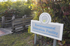 Sinal e entrada da facilidade da educação ambiental Fotografia de Stock Royalty Free