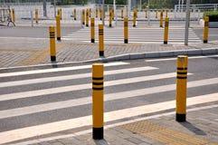 Sinal e facilidades de tráfego no cruzamento de estrada Imagens de Stock Royalty Free
