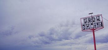 Sinal e tempestade do Roadhouse Fotografia de Stock