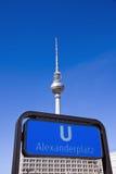 Sinal e Tevê-Torre do metro em Berlim imagem de stock
