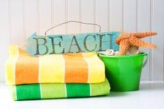 Sinal e toalhas da praia Foto de Stock
