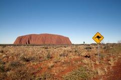Sinal e Uluru do canguru Fotos de Stock Royalty Free