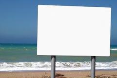 Sinal em branco ao lado do oceano Fotos de Stock Royalty Free