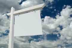 Sinal em branco dos bens imobiliários Imagem de Stock Royalty Free