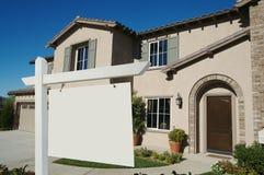 Sinal em branco dos bens imobiliários & HOME nova Imagem de Stock Royalty Free